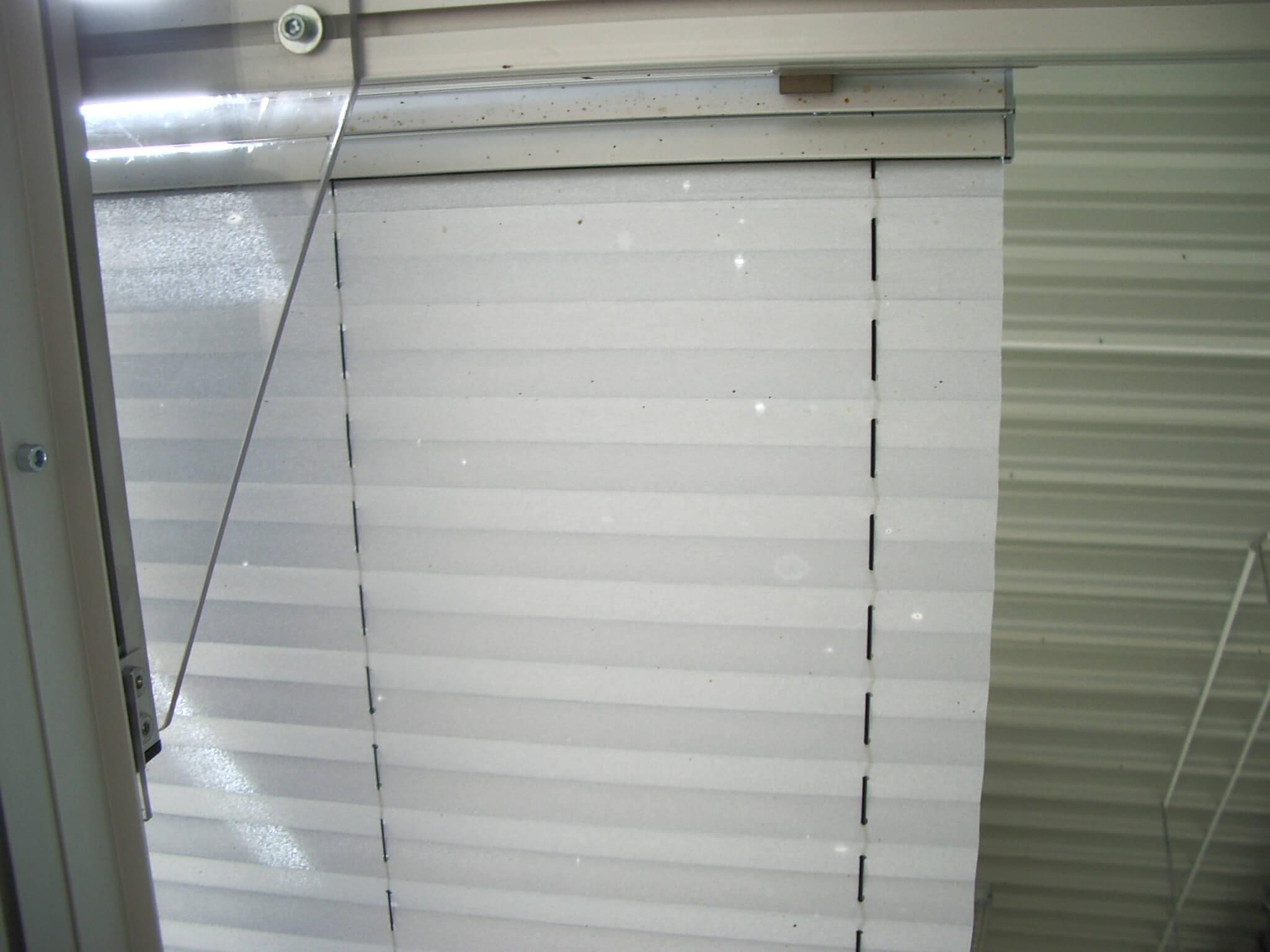 Insektenschaden in aluminiumbedampften Stoffen
